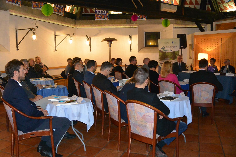 Na okrogli mizi so se zbrali gostje, ki se ukvarjajo s področjem okolja, kmetijstva, varstva narave, ribištva, energetike in vodarstva.